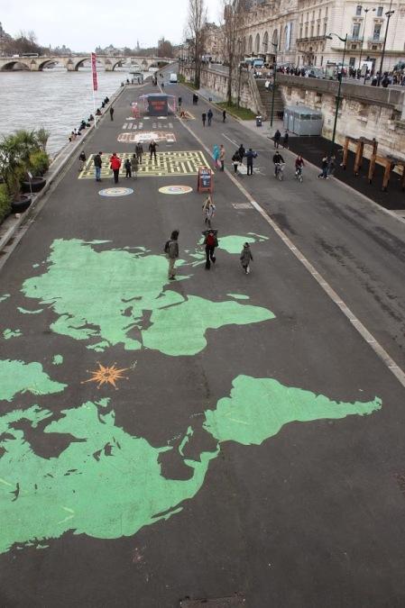 Espaço à beira do Rio Sena para ser usado pelas pessoas
