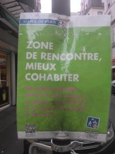 Placa de uma Zone de Rencontre indicando a prioridade ao pedestre