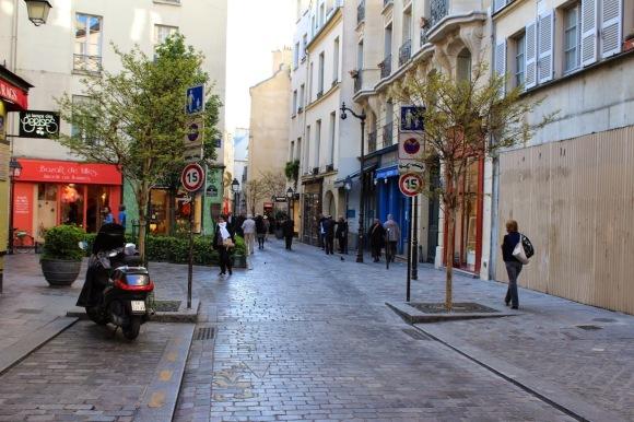 Rua com prioridade total aos pedestres e com velocidade máxima de 15km-H.